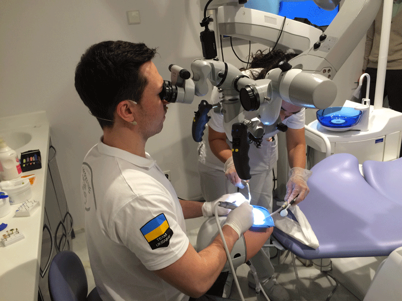 Dr. Maxim Belograd during the hands on part of the course Microinvasive Esthetic Treatment